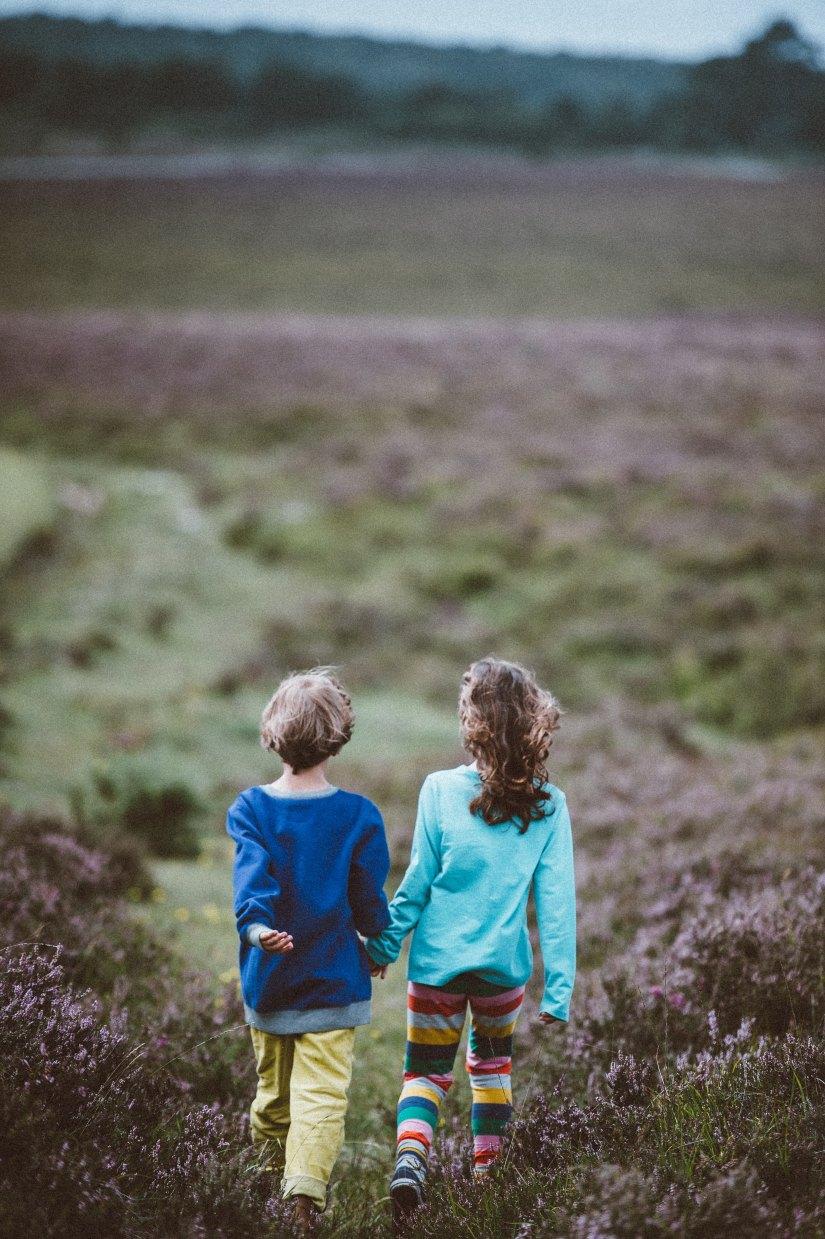 BOY AND GIRL HOLDING HANDS annie-spratt